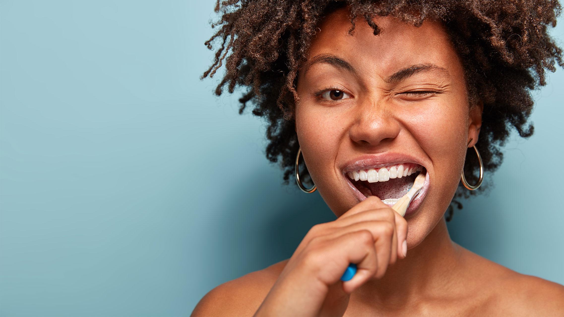 Fluorid lässt Bakterien von den Zähnen rutschen